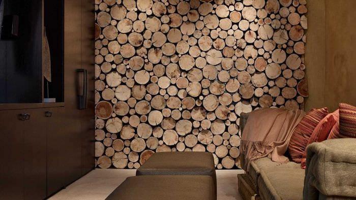 красивый декор гостиной со спилами дерева