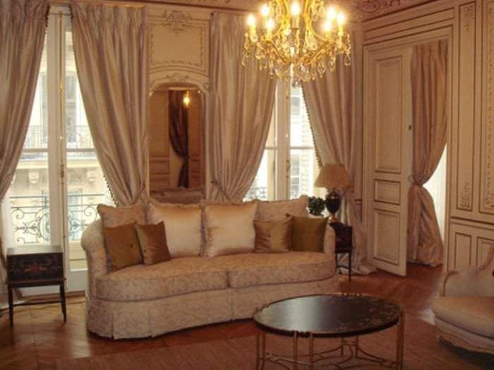 яркий декор гостиной в викторианском стиле
