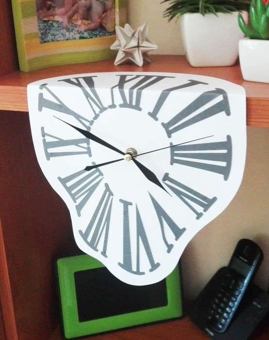 идея яркого декорирования настенных часов своими руками