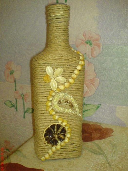вариант оригинального декорирования бутылок шампанского шпагатом
