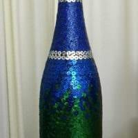 вариант яркого украшения стеклянных бутылок шпагатом картинка