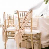 идея шикарного украшения стульев фото