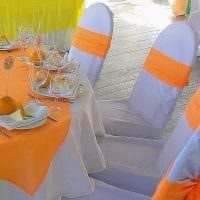вариант яркого декорирования стульев фото