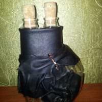 вариант яркого украшения бутылок из кожи своими руками фото