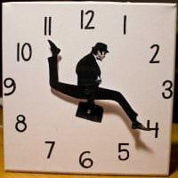идея яркого декорирования часов своими руками картинка