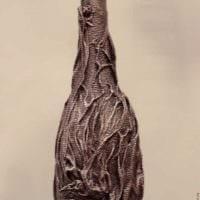 идея оригинального декорирования бутылок из кожи своими руками картинка