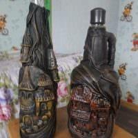 идея светлого украшения стеклянных бутылок из кожи своими руками фото