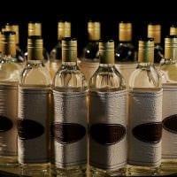 вариант светлого декора стеклянных бутылок из кожи своими руками фото