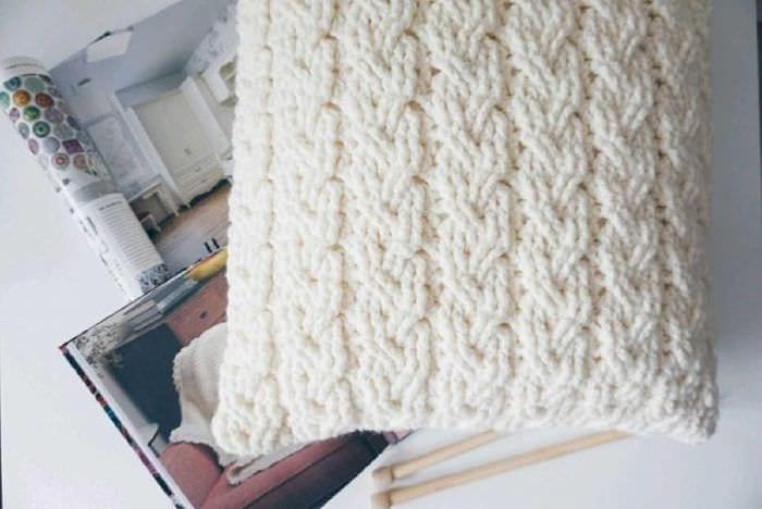 вязанные подушки в интерьере квартиры
