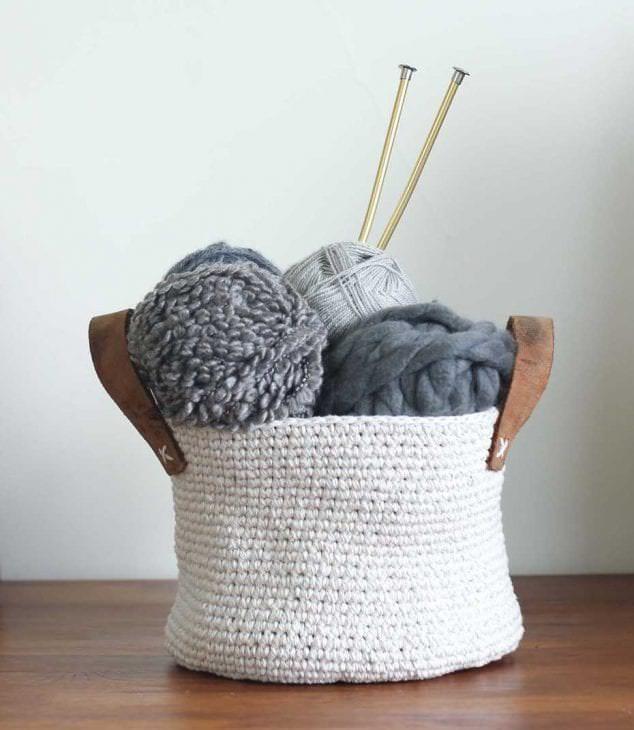 вязанные крючком подушки в дизайне комнаты