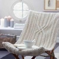 вязанные подушки в дизайне комнаты фото