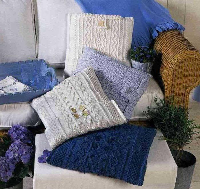 вязанные подушки в стиле комнаты