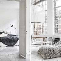 вязанные подушки в декоре спальни картинка