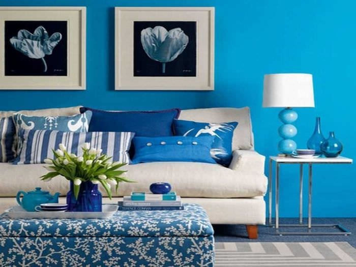 яркий декор гостиной в голубом цвете
