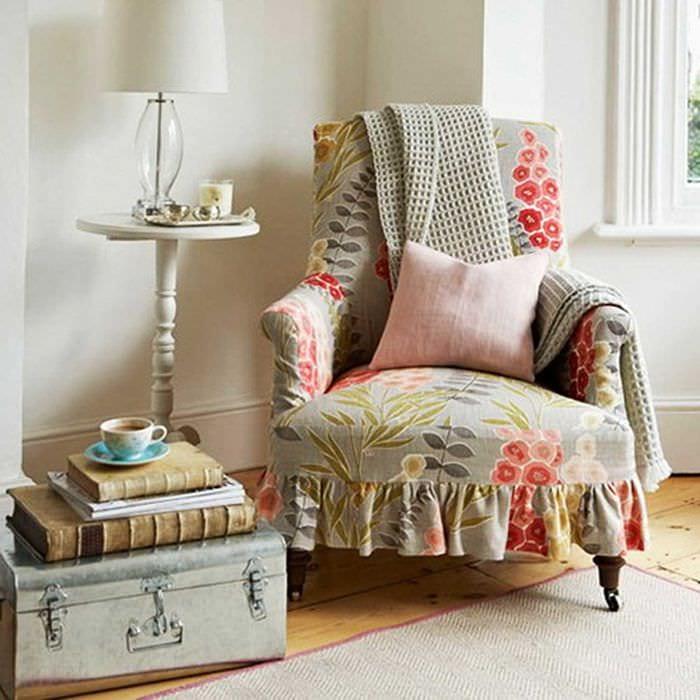 яркий дизайн комнаты со старыми чемоданами