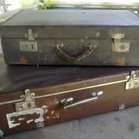 яркий декор гостиной со старыми чемоданами фото