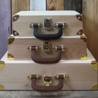 красивый интерьер спальни со старыми чемоданами фото