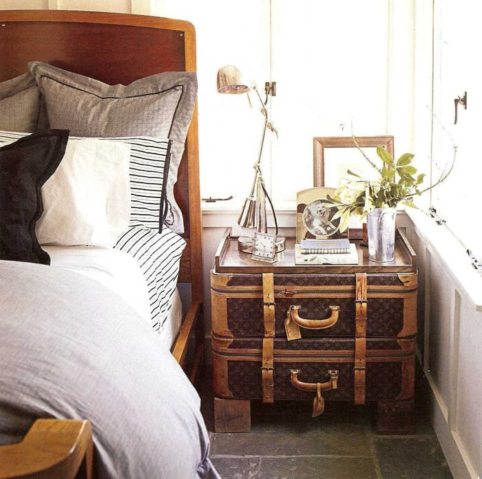 красивый интерьер комнаты со старыми чемоданами