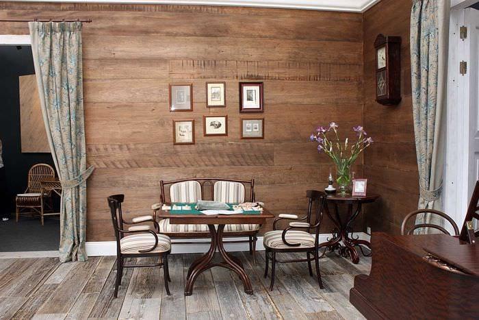 яркий декор комнаты со старыми досками