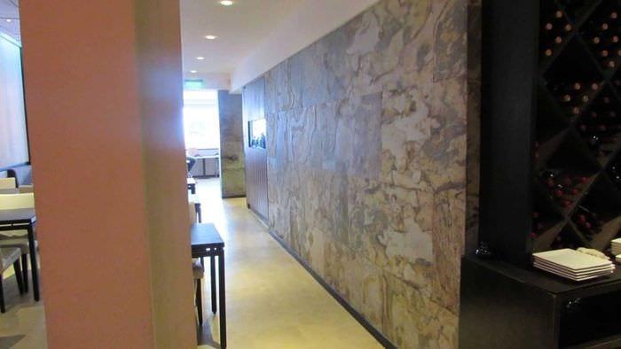 необычный гибкий камень в интерьере гостиной
