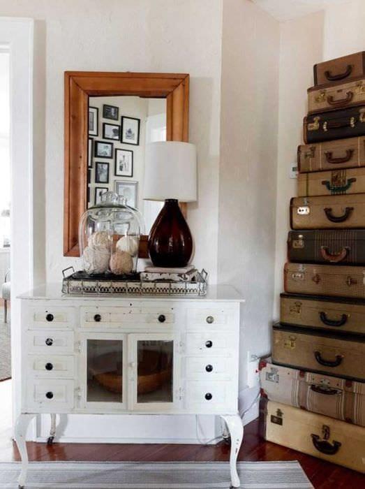 оригинальный декор спальни со старыми чемоданами