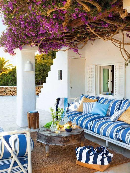 яркий интерьер комнаты в средиземноморском стиле
