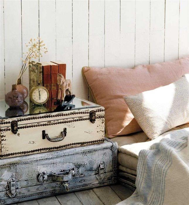 яркий дизайн спальни со старыми чемоданами