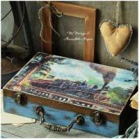 красивый декор спальни со старыми чемоданами фото