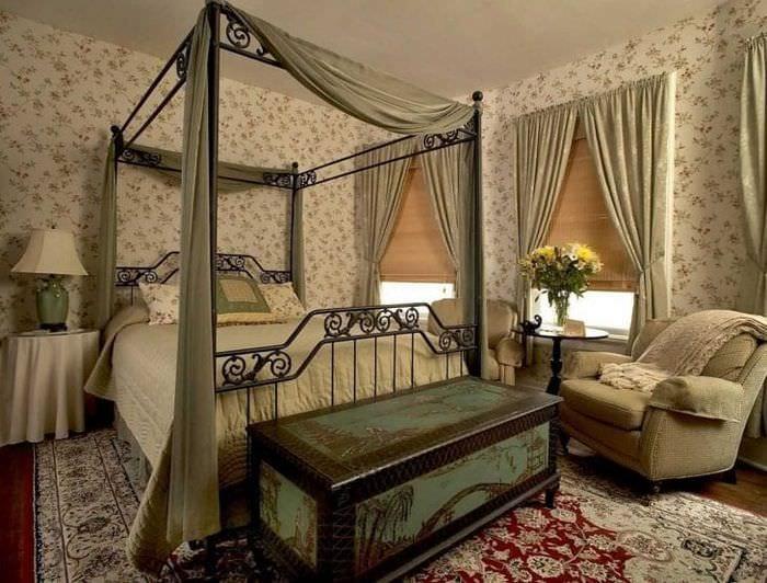 яркий дизайн спальни в викторианском стиле