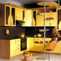 необычный интерьер кухни в горчичном цвете фото