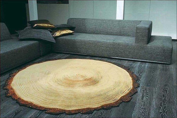 светлый интерьер квартиры со спилами дерева
