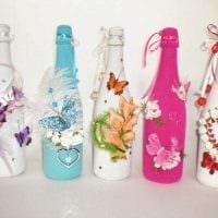 оригинальное оформление стеклянных бутылок декоративными ленточками фото