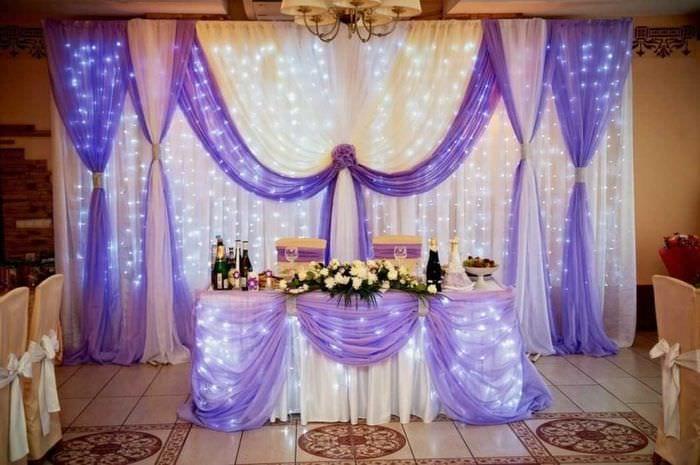 светлое украшение зала цветами