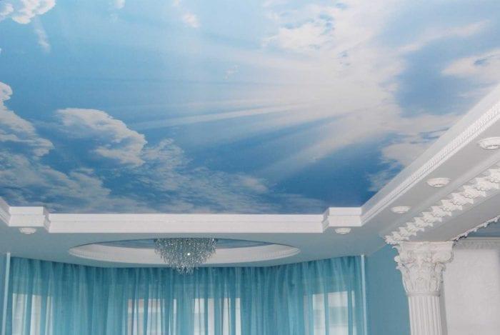 красивое украшение потолка дополнительном светом