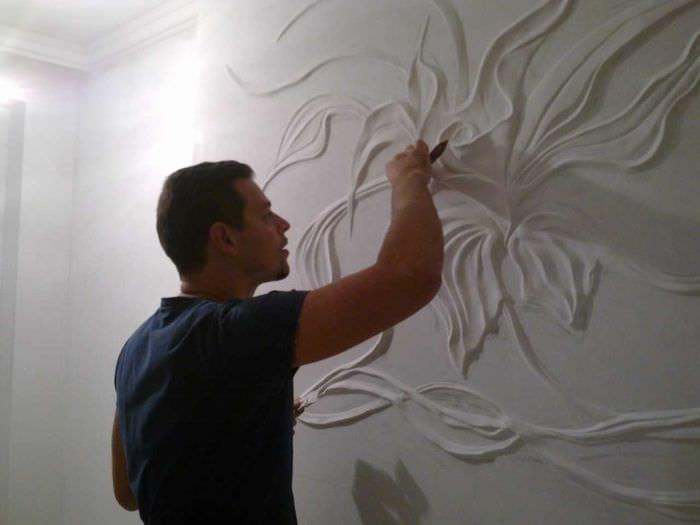 идея красивого дизайна комнаты с декоративным рисунком на стене