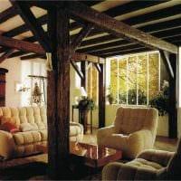 вариант красивого дизайна спальни с декоративными балками фото