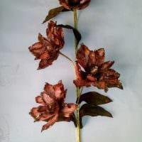 идея красивого декора напольной вазы с декоративными цветами фото