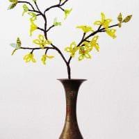 вариант яркого дизайна вазы с декоративными цветами картинка