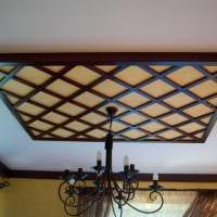 идея яркого интерьера гостиной с декоративными балками фото