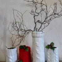 идея яркого дизайна напольной вазы с декоративными ветками фото