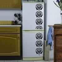 вариант яркого оформления холодильника на кухне картинка