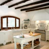 вариант оригинального дизайна кухни с декоративными балками картинка