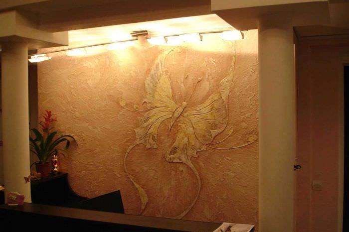 вариант красивого фасада комнаты с декоративной штукатуркой