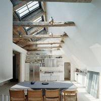 вариант яркого дизайна гостиной с декоративными балками картинка