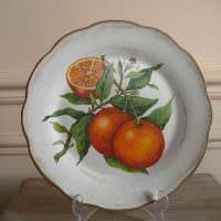 вариант необычного оформления гостиной с декоративными тарелками на стену картинка