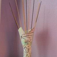идея оригинального декора вазы с декоративными ветками фото