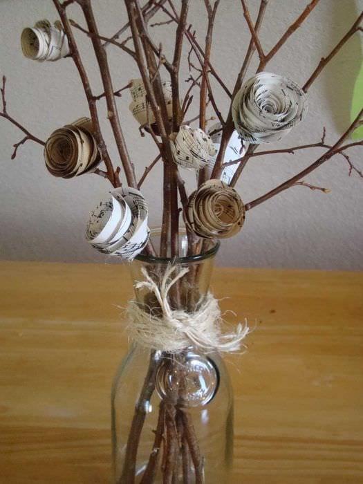 идея оригинального интерьера напольной вазы с декоративными цветами
