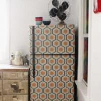 вариант оригинального декорирования холодильника на кухне фото