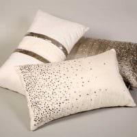 вариант современных декоративных подушек в стиле гостиной фото