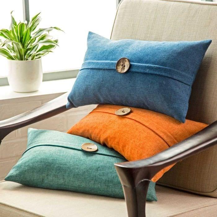 вариант современных декоративных подушек в дизайне спальни